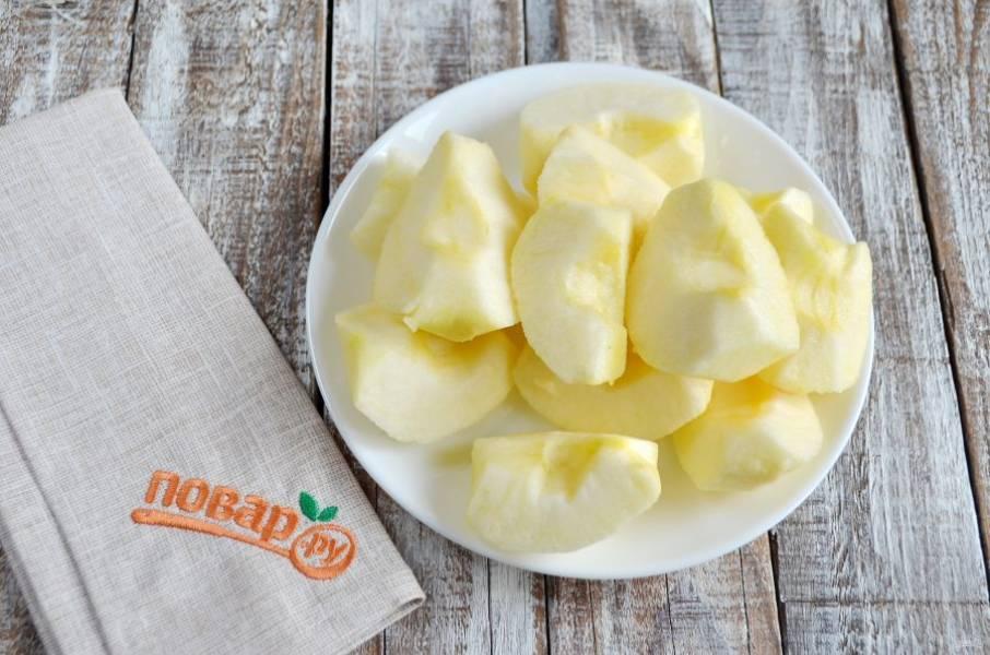 2. Яблоки очистите от кожуры и сердцевинок, порежьте на 4 части, заверните в фольгу и запеките до готовности. Запекать следует  при температуре 180 градусов в течение 25–30 минут. Готовые яблоки немного остудите.