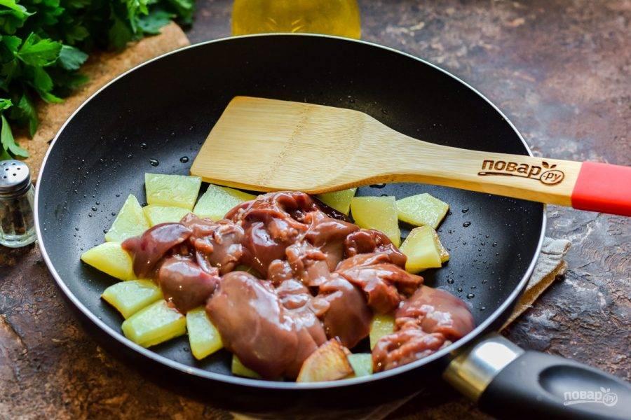 Спустя время добавьте в сковороду куриную печень.