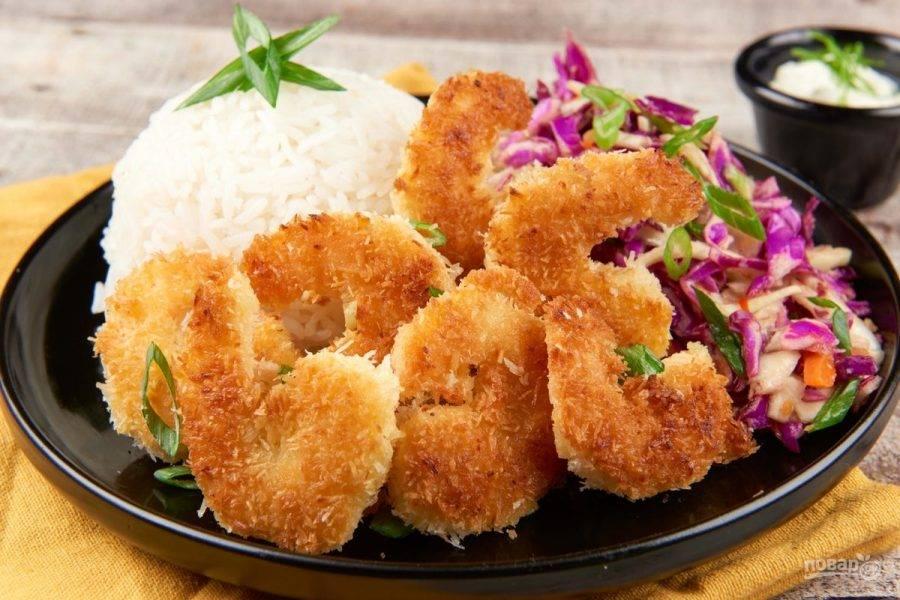6. Подавайте блюдо с рисом и салатом. Сверху посыпьте всё луком, а рядом поставьте соус. Приятного аппетита!