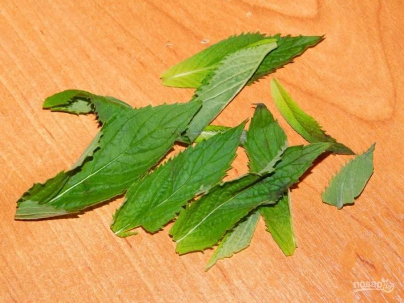Листья мяты помойте и обсушите.