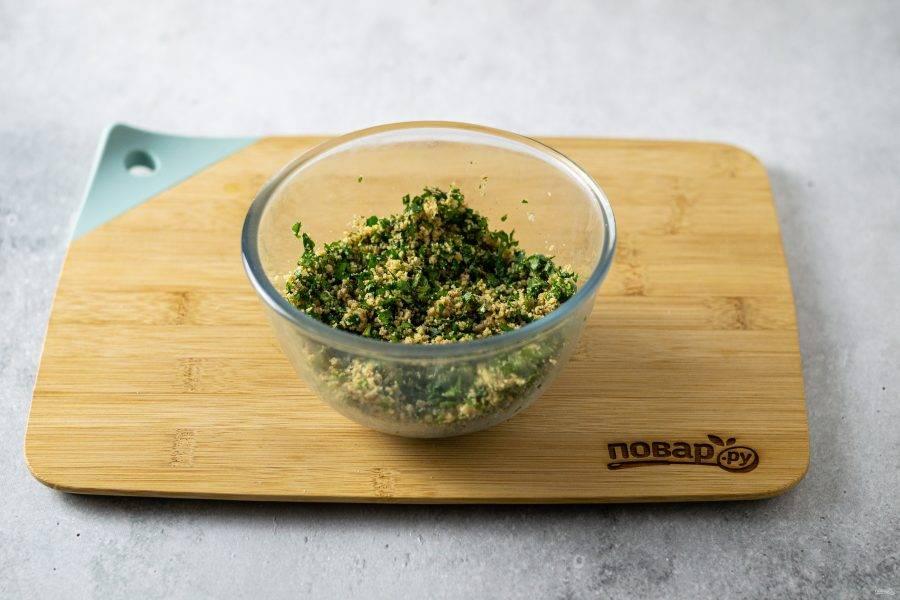 Соеделните зелень и измельченные грецкие орехи. Приправьте хмели-сунели и уцхо-сунели, влейте уксус и хорошо перемешайте.