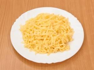 Твердый сыр натрите на терке.