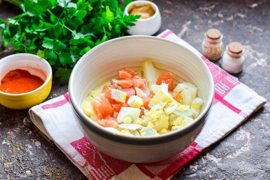 Отварите яйцо, почистите и нарежьте кубиками, добавьте в салат.