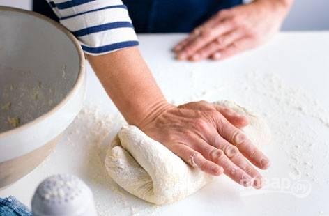 2. Замесите упругое тесто, по необходимости добавляя муку и воду.