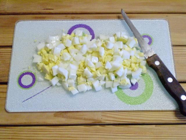 3. Яйца порезать кубиками.