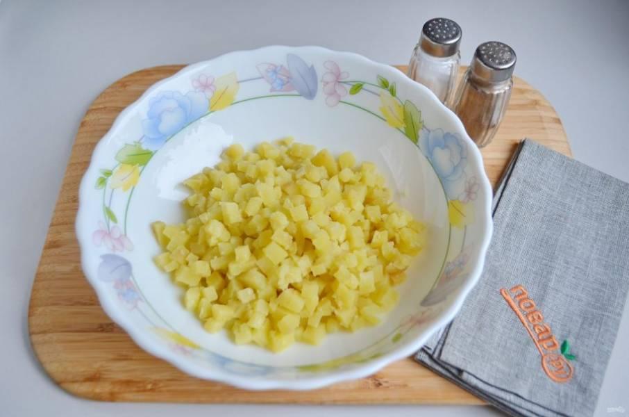 2. Очищенный картофель порежьте маленькими кубиками.