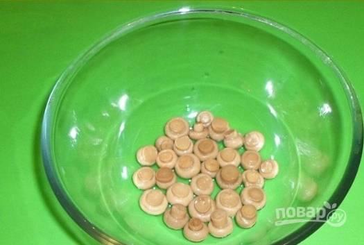 1.Картошку, морковь, яйца и куриное филе предварительно отвариваю и остужаю. Маринованные грибы выкладываю в салатник шляпками вниз.