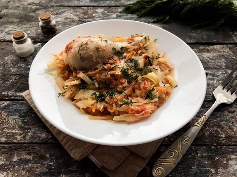 Куриные голени с тушеной капустой готовы. Выложите блюдо на тарелку и подавайте к столу. Приятного аппетита!