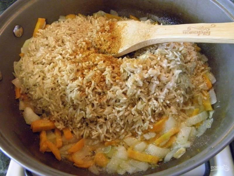 5. В сковороду кладем рис и специи для плова, соль, обжариваем пару минут рис в жиру.
