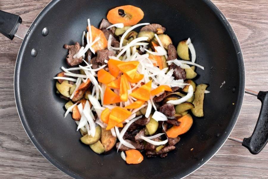 Добавьте лук, нашинкованный вдоль луковицы соломкой и сладкий перец, нарезанный уголками. Жарьте одну минуту, не забывая помешивать.