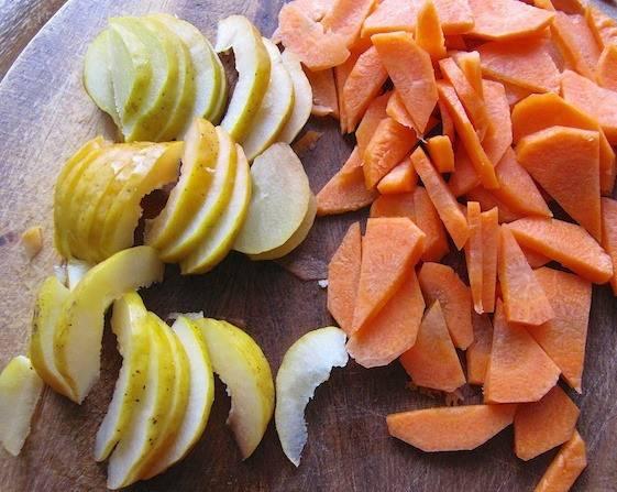 Морковь и айву нарежьте тонкими ломтиками.