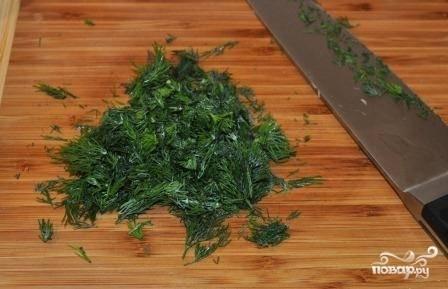 Свежую зелень вымыть, обсушить и измельчить ножом.