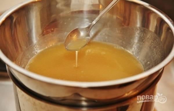 1. Первым делом в мисочку выложите сливочное масло и мед, поставьте на водяную баню.