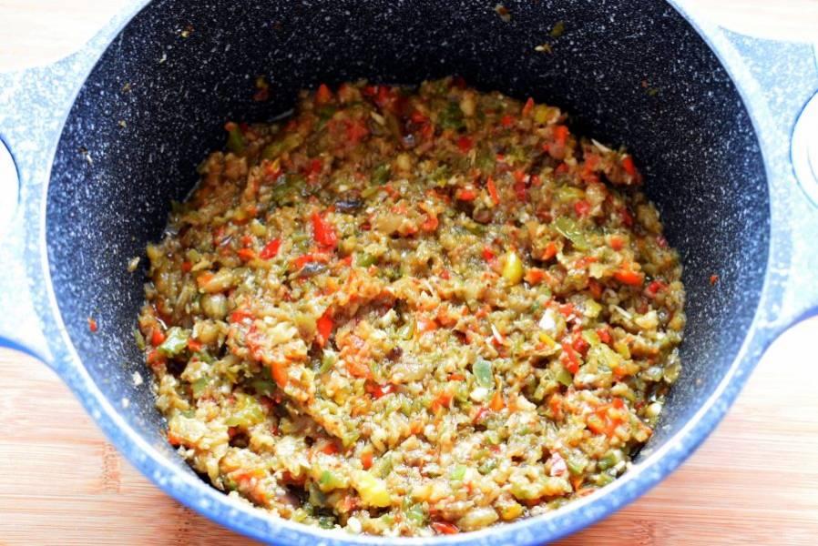 В глубокой сковороде с толстым дном на среднем огне обжаривайте, помешивая, овощную смесь до мягкости. Не спешите, не нужно румянить овощи, только прогревать. Техника как у итальянского соффритто, медленная пассеровка.