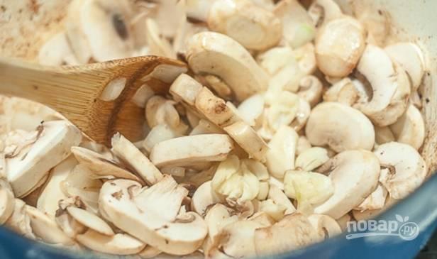 4.Очистите грибы и нарежьте пластинками, выложите их в кастрюлю. Очистите лук и нарежьте его кубиками, измельчите чеснок, добавьте все к грибам.