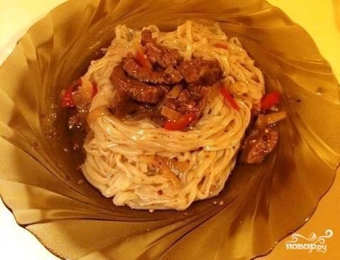 Готовить лапшу очень просто. Достаточно отварить ее в течение пяти-десяти минут. Добавляйте рисовую лапшу в супы и бульоны, делайте с ней салаты. Подавайте как гарнир к рыбе или мясу.
