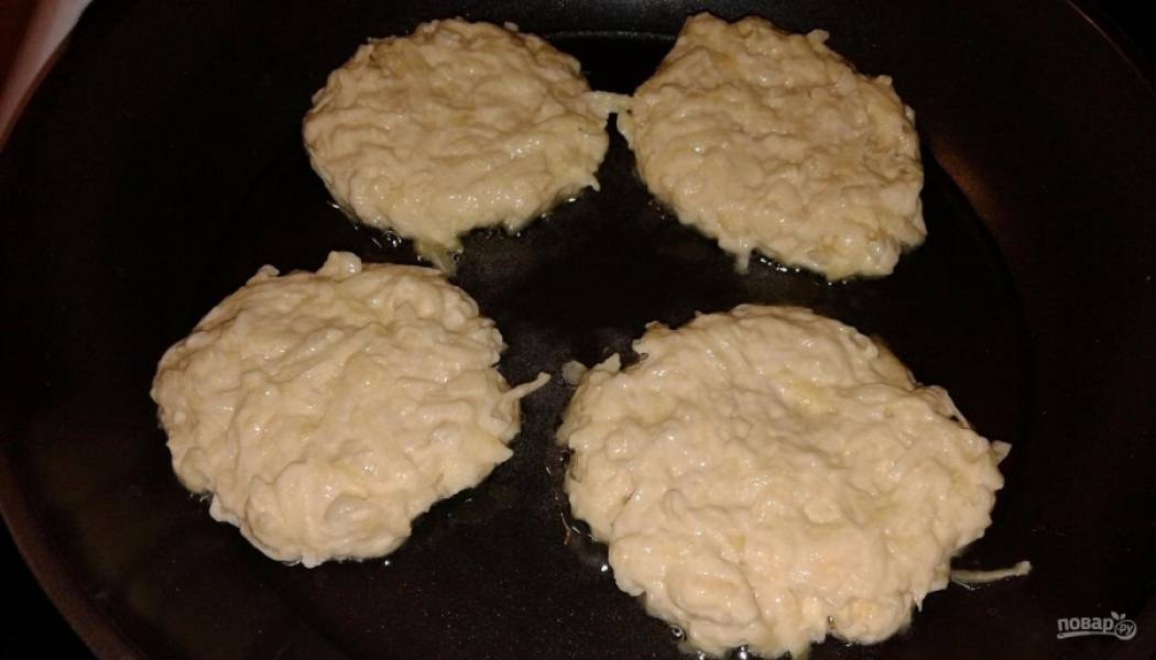 4.В сковороду наливаю подсолнечное масло и ставлю на огонь, хорошенько разогреваю и выкладываю ложкой картофельную массу.