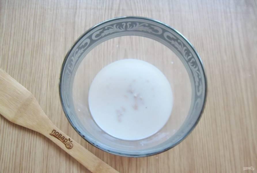 В теплое молоко выложите дрожжи и столовую ложку сахара. У меня дрожжи свежие прессованные. Сухих дрожжей понадобится 7-8 грамм.