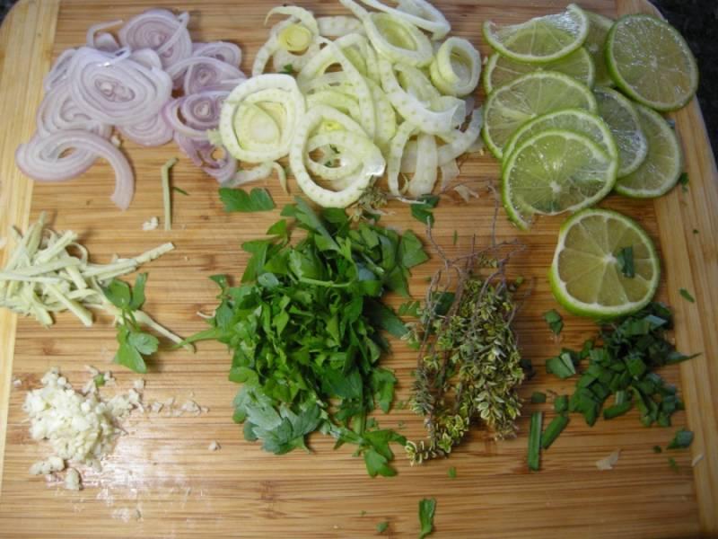 Порежьте зелень, лайм, лук, имбирь, чеснок измельчите.