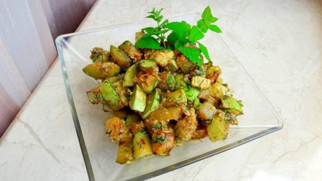 4. Через 15 минут подавайте кабачки, украсив зеленью (петрушкой, базиликом или мятой). Приятного аппетита!