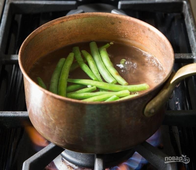 4. Кастрюлю с водой довожу до кипения, затем отправляю зеленую фасоль и варю 3-4 минуты. Перекладываю фасоль на тарелку.