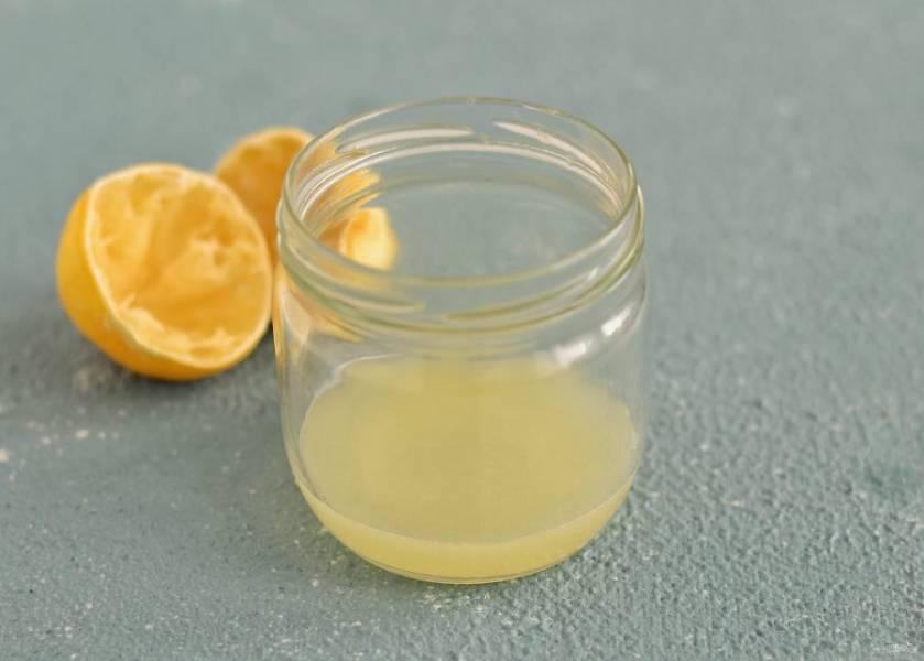 Выжмите сок из лимона, затем процедите его, чтобы не осталось мякоти. Взбейте сок миксером.