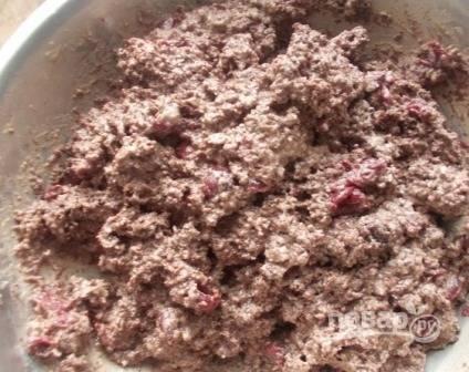 Добавим в получившийся крем вишню и измельченный бисквит, перемешаем.
