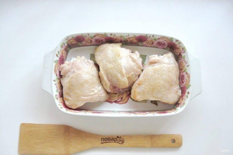 Куриные бедра выложите в огнеупорную форму.