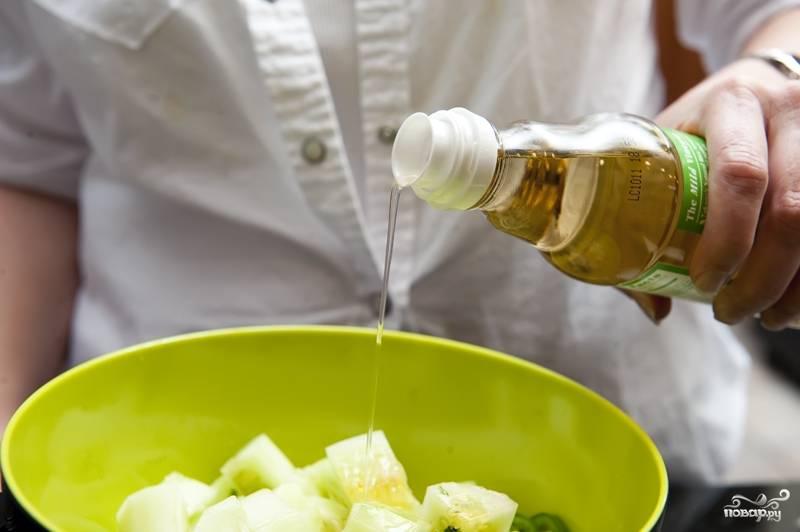 7. Добавьте в салат оливковое масло и уксус.