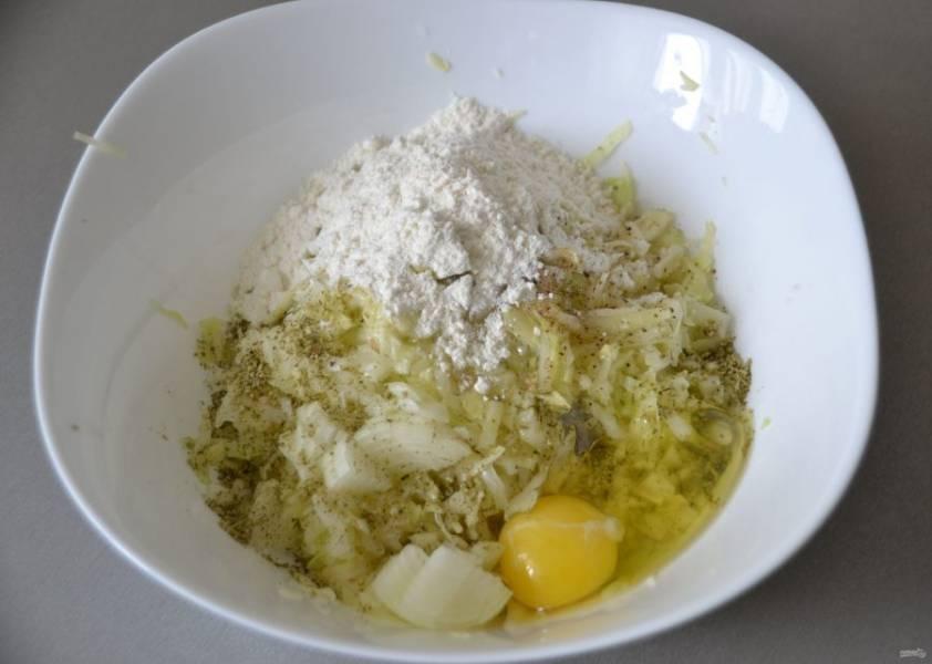 Слейте с капусты воду, отожмите лишнюю жидкость, добавьте измельченный лук, натрите чеснок, добавьте яйца, соль, муку, черный молотый перец, сухую или свежую зелень.