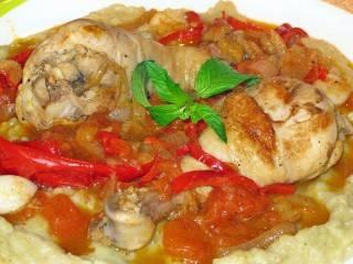 При подаче блюда, выложите на тарелку соус из баклажан, а на него чахохбили из курицы. Украсьте зеленью. Приятного аппетита!