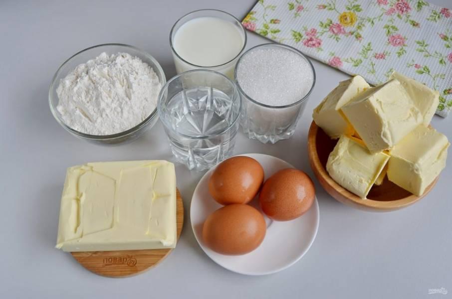 Подготовьте ингредиенты согласно списку для коржей и крема. Сливочное масло оставьте на столе, пусть постоит, оно должно быть комнатной температуры. Приступим!