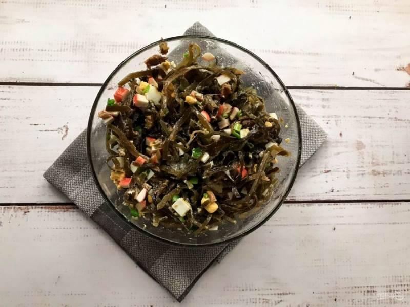 Заправьте салат маслом, добавьте соль и хорошо перемешайте.