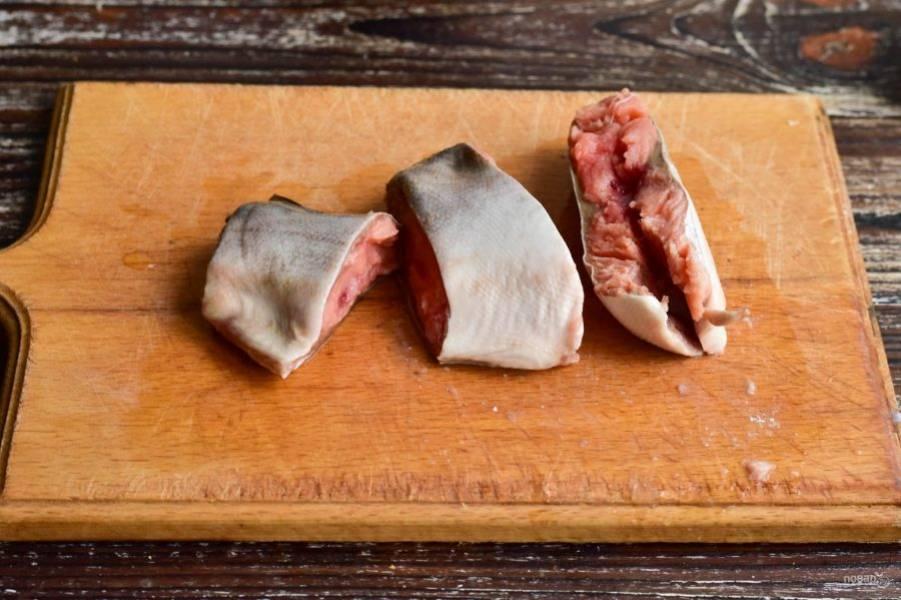 Рыбу нарежьте на порционные куски.