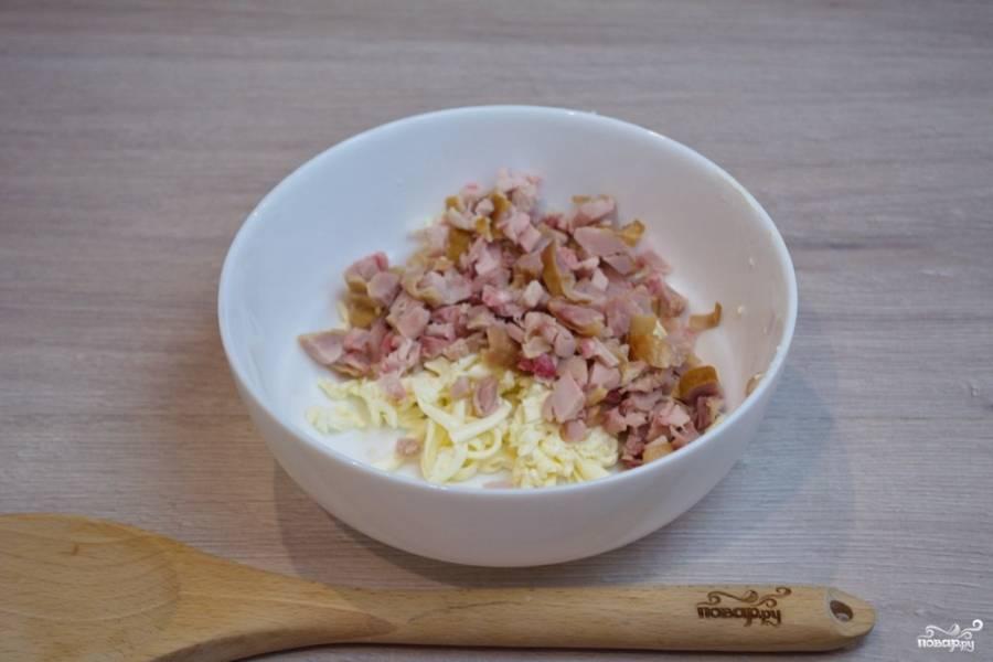 К сыру добавляем нарезанное мелким кубиком копченое мясо с окорочка. Шкурку я не использовала. В блюдо добавила только мясо.
