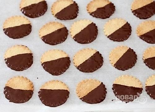 Макаем остывшее печенье в шоколад. Пока шоколад не застыл, можно сверху посыпать печенье разноцветной кондитерской посыпкой. Выкладываем печенья на пергамент или решетку до застывания шоколада.
