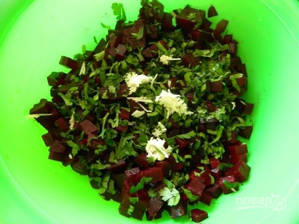 4. Добавляем зелень и чеснок к нарезанной свекле, добавляем соль и перец по вкусу, поливаем приготовленной заправкой.
