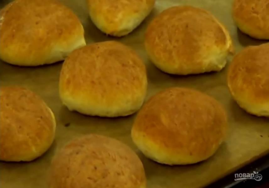 3. Выпекайте в разогретой до 220 градусов духовке 20 минут. Дайте готовым булочкам полностью остыть. По желанию начините их. Приятного аппетита!