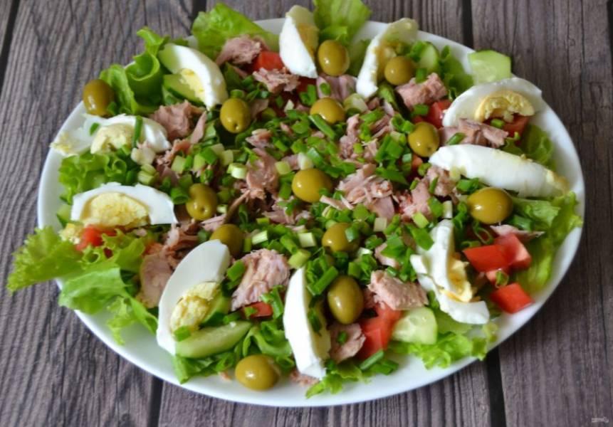 Посыпьте салат луком.
