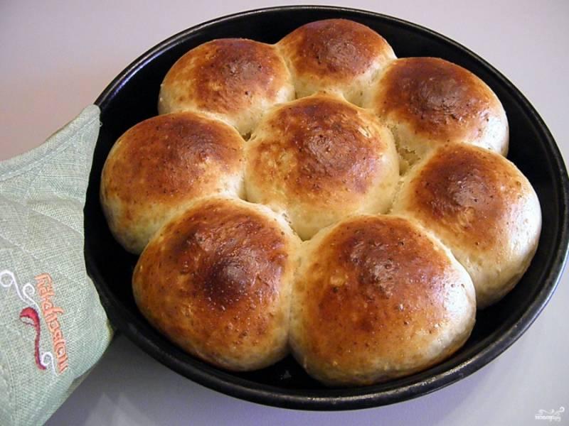 Готовые творожные булочки достаньте из духовки.