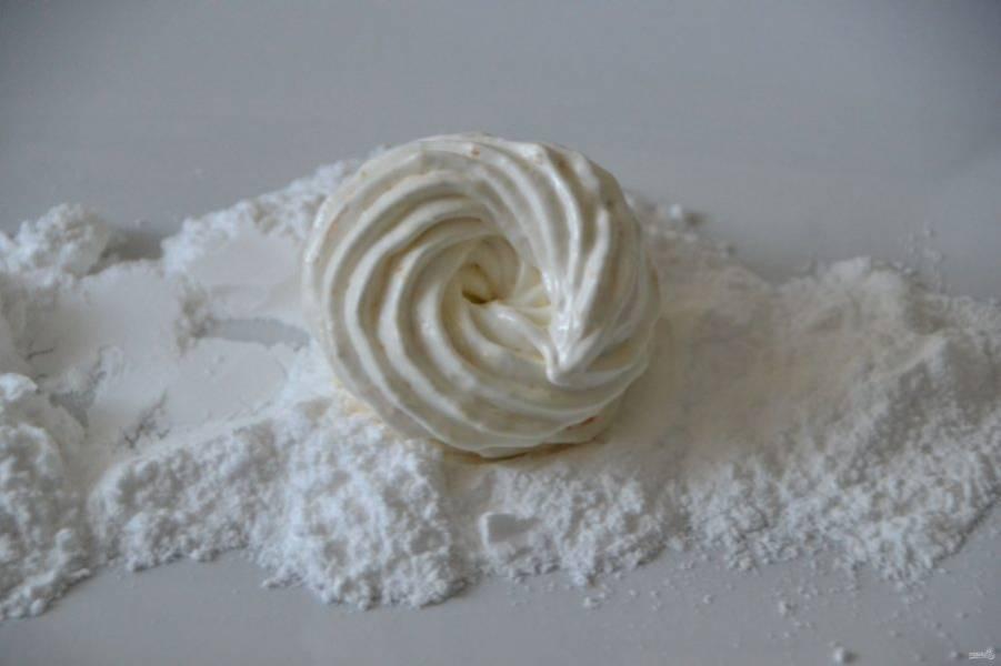 Через 5-6 часов сушки зефир должен легко сниматься с листа. Скрепите его попарно и обваляйте в сахарной пудре.