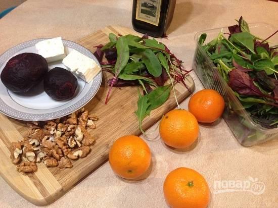 Вот основные ингредиенты для салата. Свеклу заранее отварим. Листья свеклы у меня в наборе  с листьями рукколы и салата. В оригинальном рецепте используется тархун, но я не люблю эту травку, поэтому заменила на рукколу.