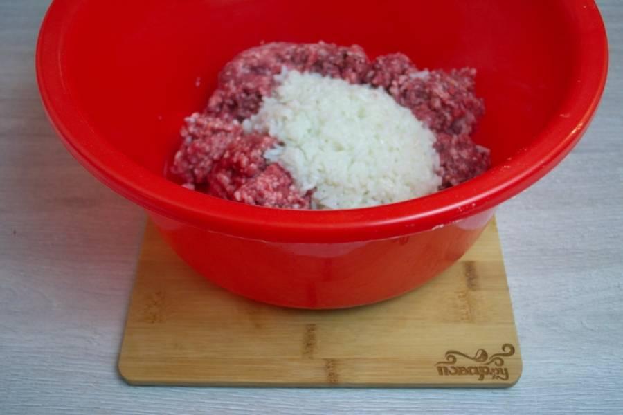 Отварной рис добавьте к фаршу. Рис лучше немного недоварить, тогда в тефтелях он не потеряется, а будет отчетливо прослеживаться, от этого блюдо будет намного вкуснее.