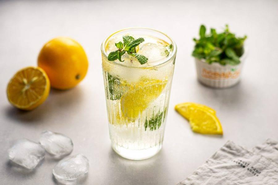 Перед подачей добавьте в стакан лед. Лимонная вода для похудения готова!