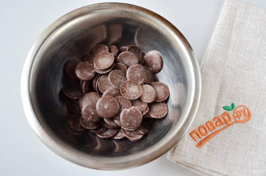 1. Сначала нужно испечь корж для торта. Для этого растопите на водяной бане 100 г шоколада.