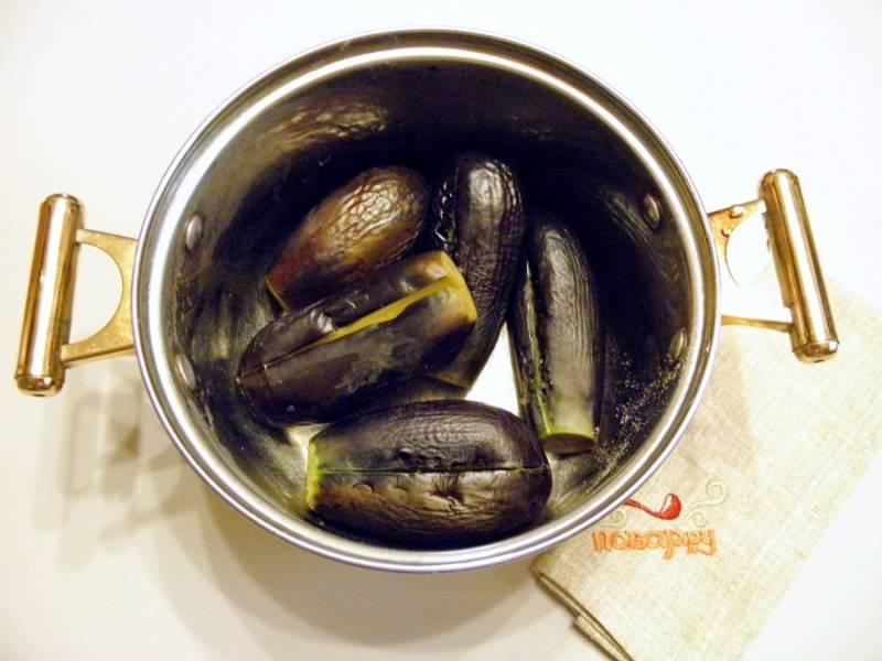 Отрежьте у баклажанов хвостики, сделайте разрез вдоль, поместите овощи в кипящую воду. Варите их до мягкости.