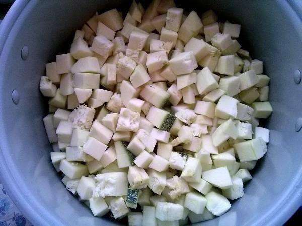 3. Кабачки порежьте кубиками и добавьте к луку.