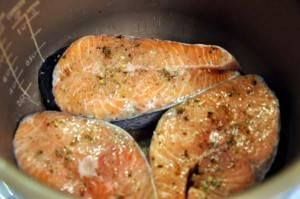 """В чашу мультиварки добавляем растительное масло, выкладываем рыбу. Ставим режим """"печь"""" на 20 минут (температура 120 градусов)."""