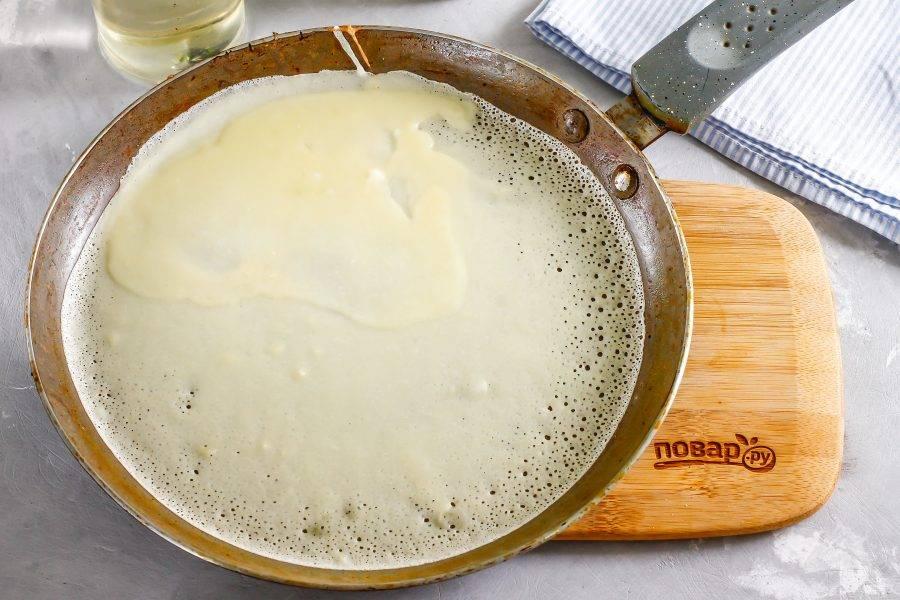 Так как тесто запаривается с помощью кипятка, то ему не нужно давать отдыхать 15-20 минут. Сразу же раскалите сковороду и в первый раз смажьте ее растительным маслом. Еще прогрейте сковороду и убавьте нагрев. Влейте на нее часть теста и быстро прокрутите. Тесто будет образовывать дырочки. Обжарьте блин с двух сторон по минуте на среднем нагреве.