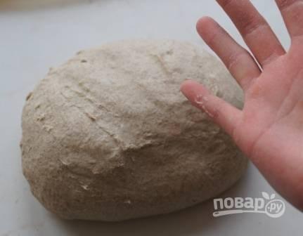 Замешиваем тесто в миске, а потом продолжаем вымешивать на столе. Тесто не должно липнуть к рукам.